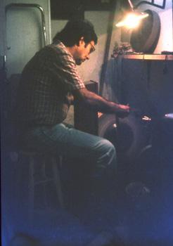 El pare, Ramon Terès Solana esmolant al taller del c. Sant Cristòfor, a Gràcia
