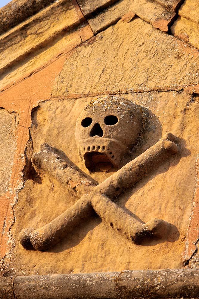 Advertiment explícit a l'entrada del fossar de la Codonyera (©Carles Terès)